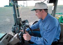 Un hombre opera un equipo agrícola